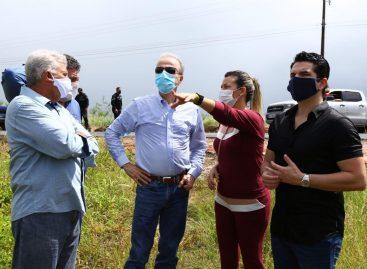 Prefeita Hilda Ribeiro e Henrique Prata visitam terreno onde será construído o Hospital de Amor de Lagarto