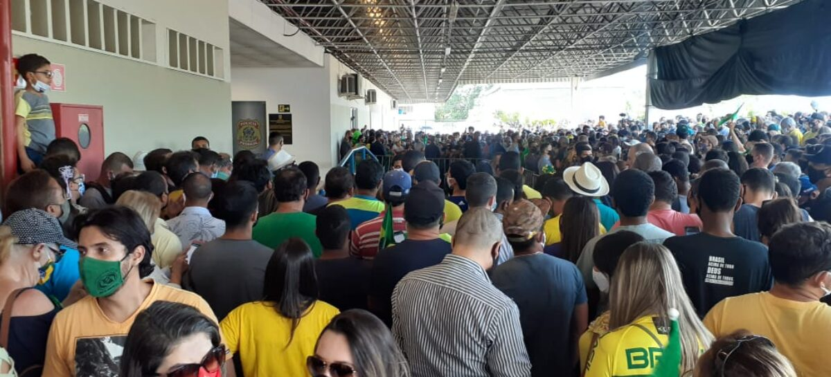 Presidente Jair Bolsonaro já está em Sergipe e cumprimenta população no aeroporto