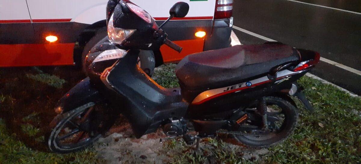 Condutor perde o controle da motocicleta e cai na ponte do Parque dos Cajueiros