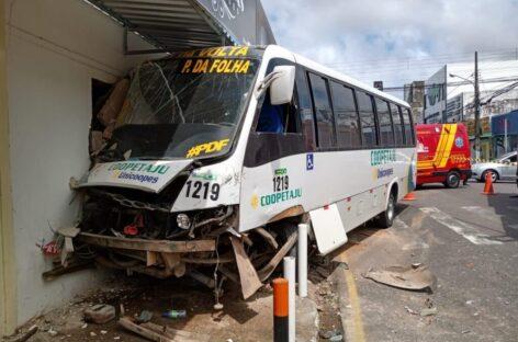 Batida entre um micro-ônibus e um carro de passeio deixa três feridos