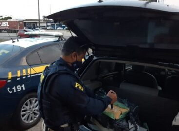 PRF apreende 56 kg de maconha dentro do porta-malas de um carro