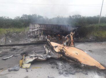 Acidente envolvendo dois caminhões deixa uma pessoa morta e outra gravemente ferida