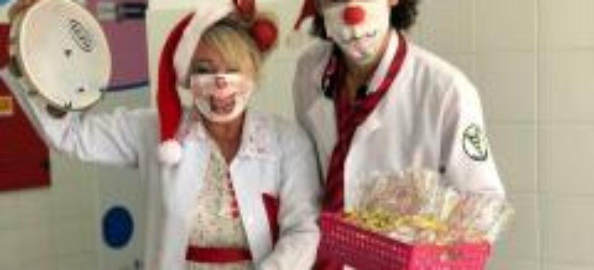 Ambulatório de Retorno comemora Natal com grupo de palhaços