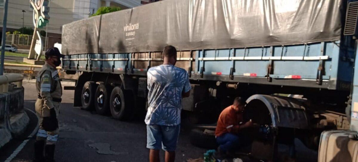 SMTT: caminhão e carreta bloquearam pista próximo ao aeroporto e viaduto