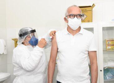 Edvaldo Nogueira recebe a primeira dose da vacina Contra a Covid-19